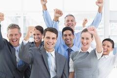 Gente di affari che incoraggia nell'ufficio Fotografia Stock Libera da Diritti