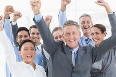 Gente di affari che incoraggia nell'ufficio Fotografie Stock Libere da Diritti
