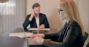 Gente di affari che lavora alla Tabella in sala del consiglio video d archivio