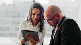 Gente di affari che lavora con la compressa Essi che discutono le idee di affari che si siedono nell'ufficio leggero moderno video d archivio