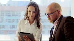Gente di affari che lavora con la compressa Essi che discutono le idee di affari che si siedono nell'ufficio leggero moderno archivi video