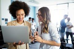 Gente di affari che lavora e che confronta le idee nell'ufficio immagini stock