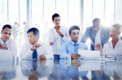 Gente di affari che lavora insieme in un ufficio Immagini Stock Libere da Diritti