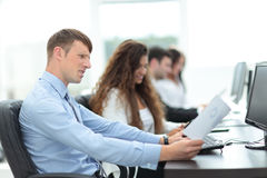 Gente di affari che lavora intorno alla tavola in ufficio moderno Fotografia Stock