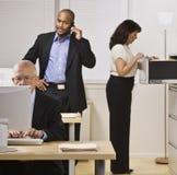 Gente di affari che lavora nell'ufficio Immagini Stock Libere da Diritti
