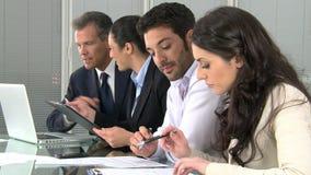 Gente di affari che lavora nell'ufficio video d archivio