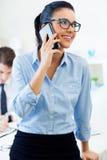 Gente di affari che lavora nell'ufficio con il telefono cellulare Fotografia Stock Libera da Diritti