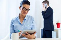 Gente di affari che lavora nell'ufficio con la compressa digitale Immagine Stock Libera da Diritti