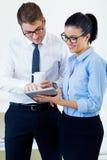 Gente di affari che lavora nell'ufficio con la compressa digitale Fotografie Stock