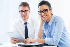Gente di affari che lavora nell'ufficio con la compressa digitale Immagini Stock