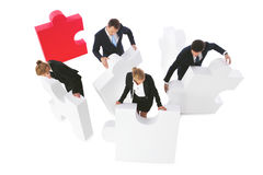 Gente di affari che monta puzzle Immagine Stock
