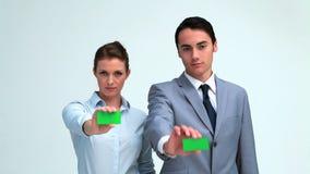 Gente di affari che mostra il loro biglietto da visita archivi video