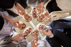 Gente di affari che mostra il segno giusto della mano all'ufficio Fotografia Stock Libera da Diritti