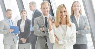 Gente di affari che mostra segno giusto immagini stock