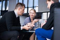 Gente di affari che parla in caff? fotografie stock