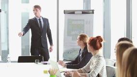 Gente di affari che parla durante la presentazione corporativa stock footage