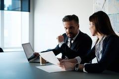 Gente di affari che parla nell'ufficio moderno immagine stock