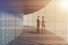 Gente di affari che parla in un ingresso di lusso dell'ufficio Immagine Stock Libera da Diritti