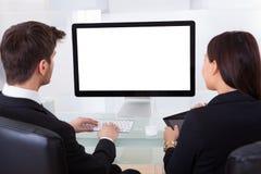 Gente di affari che per mezzo del computer Immagini Stock
