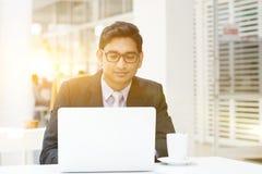 Gente di affari che per mezzo del computer portatile al caffè Immagini Stock