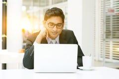 Gente di affari che per mezzo del computer portatile al self-service Fotografia Stock Libera da Diritti