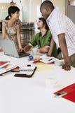 Gente di affari che per mezzo del computer portatile alla Tabella di conferenza fotografia stock libera da diritti
