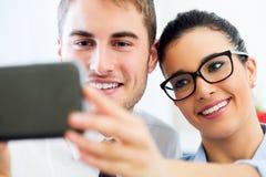 Gente di affari che prende un selfie nell'ufficio Fotografia Stock Libera da Diritti