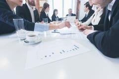 Gente di affari che si incontra all'ufficio Immagine Stock