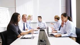 Gente di affari che si incontra nell'ufficio video d archivio