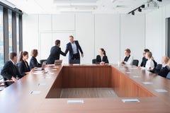 Gente di affari che si incontra nell'ufficio fotografia stock