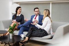 Gente di affari che si incontra nella sala del consiglio moderna fotografie stock