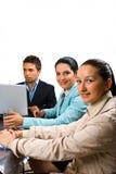 Gente di affari che si incontra sulla priorità bassa bianca Fotografia Stock
