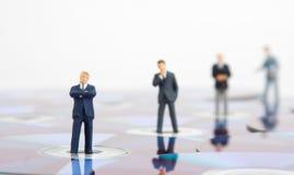 Gente di affari che si leva in piedi sui Cd del calcolatore Immagine Stock Libera da Diritti