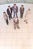 Gente di affari che si leva in piedi sul pavimento immagine stock libera da diritti