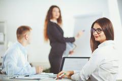 Gente di affari che si siede e che discute alla riunione d'affari, nell'ufficio Gente di affari Fotografie Stock Libere da Diritti