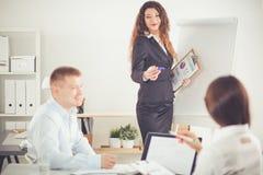 Gente di affari che si siede e che discute alla riunione d'affari, nell'ufficio Gente di affari Immagine Stock