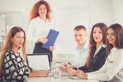 Gente di affari che si siede e che discute alla riunione d'affari, nell'ufficio Gente di affari Immagine Stock Libera da Diritti