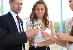 Gente di affari che solleva pane tostato con champagne Fotografie Stock Libere da Diritti