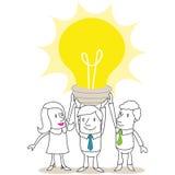 Gente di affari che sostiene lampadina enorme illustrazione vettoriale