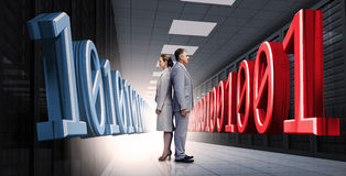 Gente di affari che sta di nuovo alla parte posteriore con il codice binario 3d Fotografia Stock