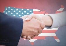 Gente di affari che stringe la loro mano contro la bandiera americana Fotografia Stock Libera da Diritti
