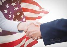 Gente di affari che stringe le loro mani contro la bandiera americana Fotografia Stock