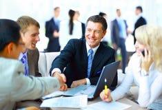 Gente di affari che stringe le mani Immagini Stock