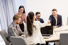 Gente di affari che stringe le mani che finiscono su una riunione nell'ufficio fotografie stock libere da diritti