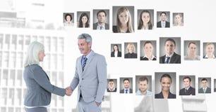 Gente di affari che stringe le mani con i profili del ritratto della gente differente Fotografia Stock