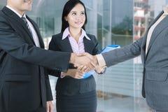 Gente di affari che stringe le mani dopo il negoziato fotografia stock libera da diritti