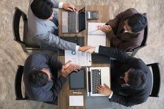 Gente di affari che stringe le mani dopo la finitura su della riunione Due Fotografia Stock