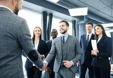 Gente di affari che stringe le mani, finenti su una riunione Immagini Stock Libere da Diritti
