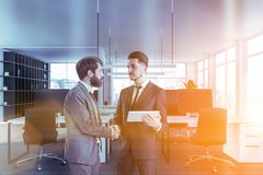 Gente di affari che stringe le mani in ufficio bianco fotografia stock libera da diritti