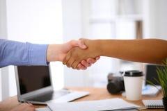Gente di affari che stringe le mani in ufficio degli interni dei pantaloni a vita bassa Immagini Stock